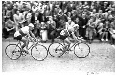 En bild på cyklister från 40-talet