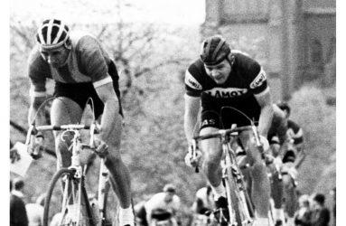 Två 70-talscyklister spurtar upp för slottsbacken i Uppsala